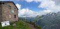 … zur Alten Prager Hütte (2489m) empor. Die Wolken lichteten sich nun ein wenig und gaben nicht nur blauen Himmel frei, sondern auch einen beeindruckenden fantastischen Ausblick von dessen Terrasse.