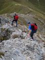 … traten den Abstieg an. Über loses Gestein folgten wir dem Grat zurück in die Scharte zwischen Speikkogel und Stadelstein.
