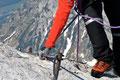 Bereits wenige Schritte höher sorgten schneefreie und trockene Felsbänder wiederum für den richtigen Gripp. Doch auch hier sollte man mit Bedacht  seine Tritte akribisch und trittsicher anbringen.