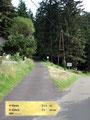 Nach wenigen Minuten, genauer gesagt unmittelbar beim Haus mit der Nummer 25 teilte sich der Weg und wir gingen Richtung links weiter immer der Beschilderung Gößeck folgend auf Weg Nr.691/690.