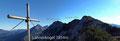 … zuletzt durch eine Krummholzstufe zum ersten kleinen Gipfelkreuz dieser Bergtour.  Der weitere Gratverlauf zum auserkorenen Ziel war bereits hier, wenn auch nur schemenhaft, überblickbar.