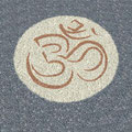 Symbol/Zeichen OM auf  carrara Marmor Splitt