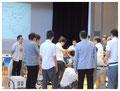 木野島講師を囲んで真剣な表情を見せる講師たち