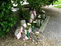 八幡神社東の道標、後方の石仏群