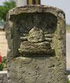 黒川町の道標(1)、最上部の千手観音像