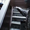 ⑤階段手摺壁の塗装。