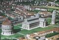 Pise dont le photographe, en voulant tout montrer du baptistère à la tour, a réussi à délivrer une information fournie et contrastée sur les immeubles d'habitation avoisinants représentatifs du style des années cinquante