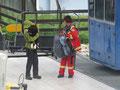 Java und Priya üben den Transport mit dem Sessellift