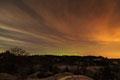 Natthimmel med et glimt av nordlys over / Nachthimmel mit Nordlichtschein über Levang