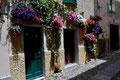 Mit Blumen geschmückte Fassade in Alghero (Nord-Westen)