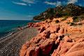 Rote Porphyrfelsen an der Küste von Cardedu