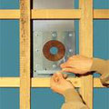 Blendenprofil 1x unten an die Lattung anpassen und aufstecken.