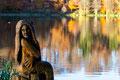 Seejungfrau am herbstlichen Holzmaar