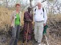 Ute Koczy MdB, Dorfältester Nzite Shanga und Prof. Dr. Egon Jüttner MdB (von links)