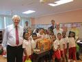 Egon Jüttner mit dem Deutschen Botschafter in Panama, S.E. Michael Grau, und dem Leiter des Zentrums bei der Übergabe von Material an die Schule