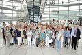 Egon Jüttner mit Besucherinnen und Besuchern aus Mannheim auf der Kuppel im Reichstagsgebäude des Deutschen Bundestages