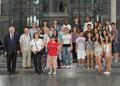 Egon Jüttner und Schüler der Feudenheim-Werkrealschule mit Rektor Peter Pfeiffenberger und weiteren Lehrkräften gemeinsam mit den Gästen aus Spanien