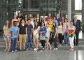 Egon Jüttner mit Schülerinnen und Schülern der Humboldt-Realschule Mannheim