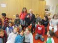 Egon Jüttner mit Schülern der 4. Klasse der Hans-Christian-Andersen-Schule beim Vorlesetag 2011