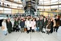 Prof. Jüttner mit Besucherinnen und Besuchern aus Mannheim vor der Kuppel im Reichstagsgebäude des Deutschen Bundestags