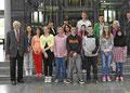 Egon Jüttner (links) mit Schülern der Rheinau-Förderschule und ihren Begleitern im Deutschen Bundestag in Berlin