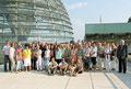Egon Jüttner mit Besucherinnen und Besuchern aus Mannheim vor der Kuppel des Deutschen Bundestages in Berlin
