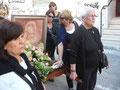 Lungo il percorso altre persone si uniscono al corteo e qualcuno lo fa offrendo alla Madonna i fiori che poi, arrivati al Santuario, verranno sistemati ai piedi dell'altare.