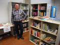 Jens Platzhoff in der Bücherecke