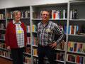 Irene Elbers und Jens Platzhoff vor den Büchern