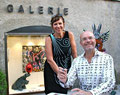 L'artiste joailler Lisi Lopez et Patrick Moya devant la galerie Gabel à Biot