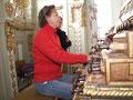 Sybille van Veen-Bingisser an der Holzhey-Orgel in Rot an der Rot
