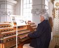 Bernhard Isenring an der Holzhey-Orgel in Rot an der Rot