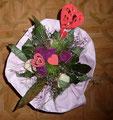 Für einen Blumenstrauß zum 40ten Hochzeitstag soll ich 10 rote Herzstecker plottern: das große Herz ist zu groß und das kleine Herz ist zu klein. Also brauche ich eine mittlere Größe. Und auf jeden Fall Blumensteckdraht.