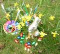 Ein Gartenarangement zu Ostern. Mit Pinseln. Sieht nett aus, oder?