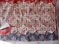 Bei den vielen floralen Stoffen bietet sich fuzzy cutting an. Von dem Stoff habe ich sechs FQ. Gleiches Muster, verschiedene Farbtöne. Zehn große und zehn kleine Pentagons könnte ich aus jeden Stoff schneiden.