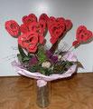 Vielleicht sind die Herzen ein bisschen groß, andererseits ist das hier mein Valentinstagsstrauß. Der Kirchenvorstand möchte die Herzen noch mit Segenswünschen beschriften, also muss Platz auf den Herzen sein.