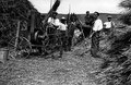 Scene de battage dans la ferme Hirsch  © Collection Lévy, confiée par la Société d' Études nyonsaises à l'AERD