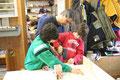 Helmut Fuchs zeigt den Kindern was zu tun is