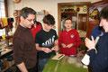 Der Jugendbetreuer überprüft die Arbeit und gibt den Jugendlichen Ratschläge