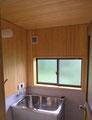 サワラの木が香しい浴室。