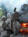 Nr. 110  - Steinbalance im Rauch am Lagerfeuer