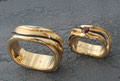 Alliances en or jaune 750, avec grenat et traitement rhodium noir