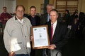 Otto Schulze (links) übergibt die Ehrenurkunde an Klaus Ihrke
