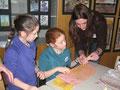Kunstlehrerin Anna Schüssler beim Schnupperunterricht