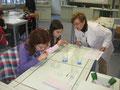 NaWi-Lehrerin Sonja Schalck beim Schnupperunterricht Naturwissenschaften