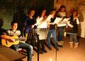 Daniel Serouchow (8b, Gitarre) + Vokalensemble (Schülerinnen der 8. Klassen)