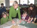 Die Kunsterzieherinnen Anna Schüssler und Monika Follenius beim Schnupperunterricht Bildende Kunst