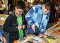 Mark und Marvin bei der Holzbearbeitung