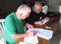 Herr Hüsch und Herr Szabo bei der Auswertung