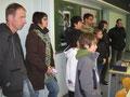 Interessierte Besucher im Physiksaal